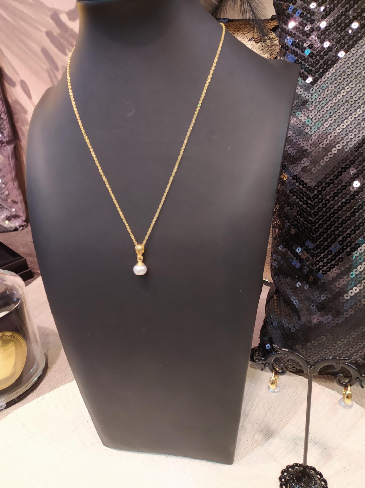 Collier ref 251 1 66 gr prix 57 eur longueur de la chaine 44 cm et pendentif 2 cm perles environ 8 mm 1